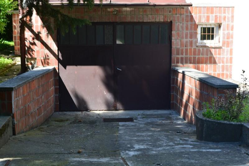 Garaż, który zostanie przygotowany na nowy magazyn Archiwum Głównego Ruchu Światło-Życie. Widoczna rura od drenażu, który odprowadzi zbierające się wody gruntowe
