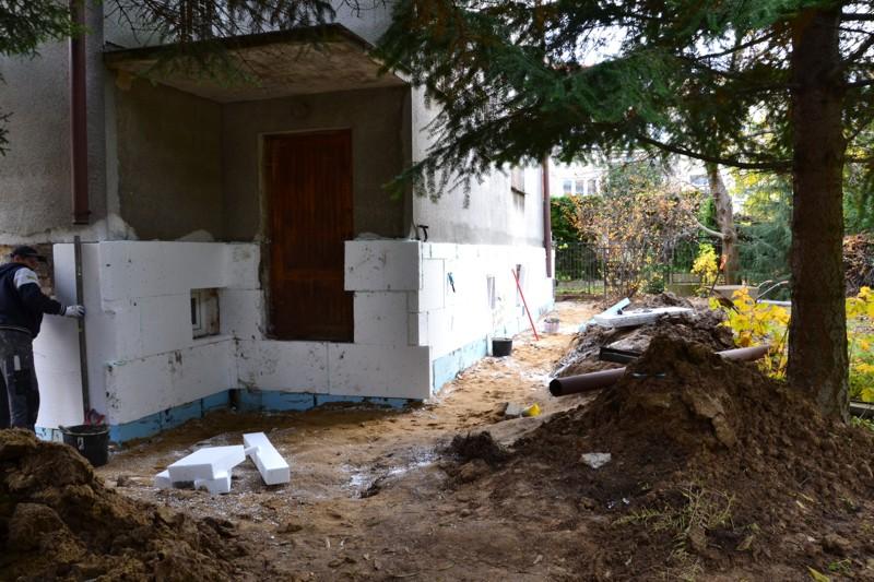 Ściany zaizolowane od fundamentów i remont bocznego wejścia