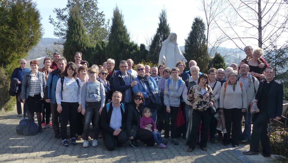 Pielgrzymka filii śląskiej na Kopią Górkę, 1 kwietnia 2017 r. Pielgrzymi z diecezji katowickiej, pod figurą Niepokalanej