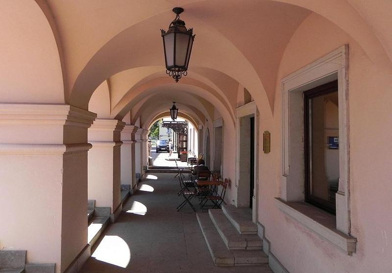 Podcienia przy budynku hotelu Orbis. Widok w kierunku pałacu Zamojskich.