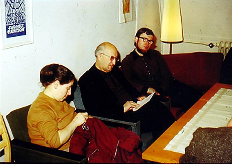 """Ks. Franciszek Blachnicki z wizytą w Großhartmannsdorf (około roku 1974r.). Od lewej: Brunhilde Richter, zona pastora Christopha, w środku ks. Blachnicki, , a obok niego Christian Kurze, jeden z """"Großhartmannsdorfer Brüder""""."""