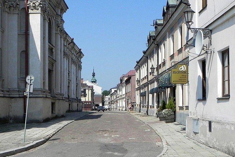Ulica Staszica. Widok od kościoła franciszkanów (po lewej) w kierunku ulicy Bazyliańskiej i Rynku Wielkiego.