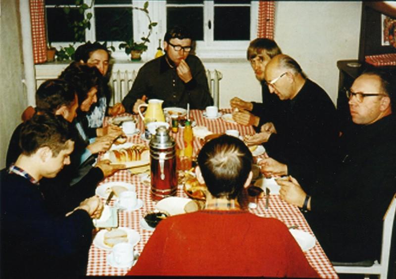 Ks. Franciszek Blachnicki z wizytą w Großhartmannsdorf (około roku 1974r.). Z przodu, tyłem do fotografa, brat Horst Netzel, z lewej bracia Gerd Hübner i Dr. Wolfgang Ilberg, za nimi siostry odpowiedzialne za kuchnię i przyjmowanie gości. Na górze, na wprost, brat Christian Kurze, między nim i ks. Franciszkiem brat Otto Pfennig, z drugiej strony Ojca polski ksiądz (?).