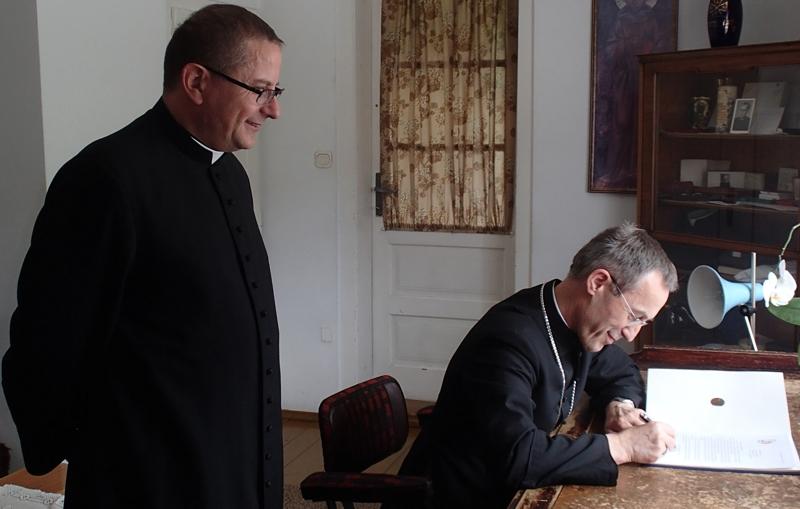 Centrum Ruchu Światło-Życie - biskup Salaterski (z prawej) podpisuje listy jedności, z lewej moderator generalny ks. Marek Sędek