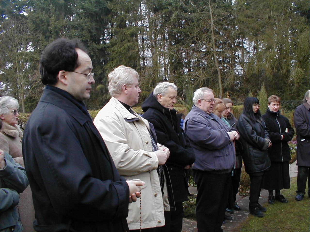 28 marca 2000 r., Komisja Kościelna na cmentarzu. Modlitwa przed rozpoczęciem prac ekshumacyjnych