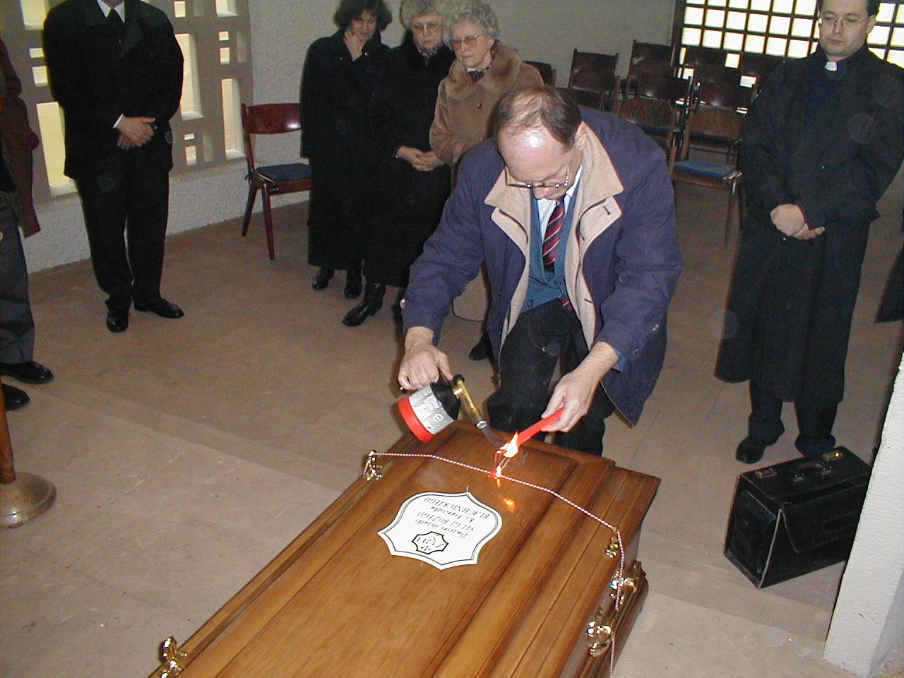 28 marca 2000 r., W kaplicy cmentarnej Konsul Rzeczypospolitej Polskiej Pan Wiesław Ratyński z Kolonii nakłada pieczęcie państwowe na trumnie z doczesnymi szczątkami Sługi Bożego