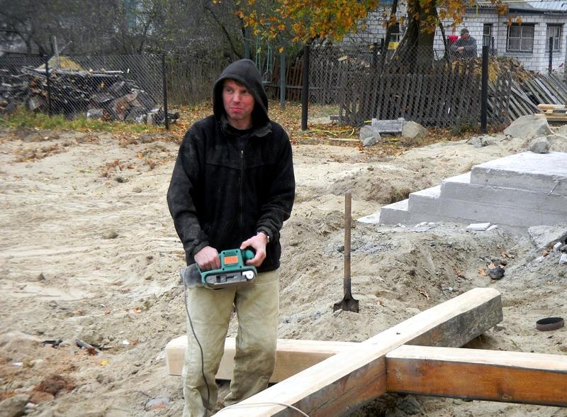 O. Oleg Sartakow w trakcie prac przy domu w Korczaku.
