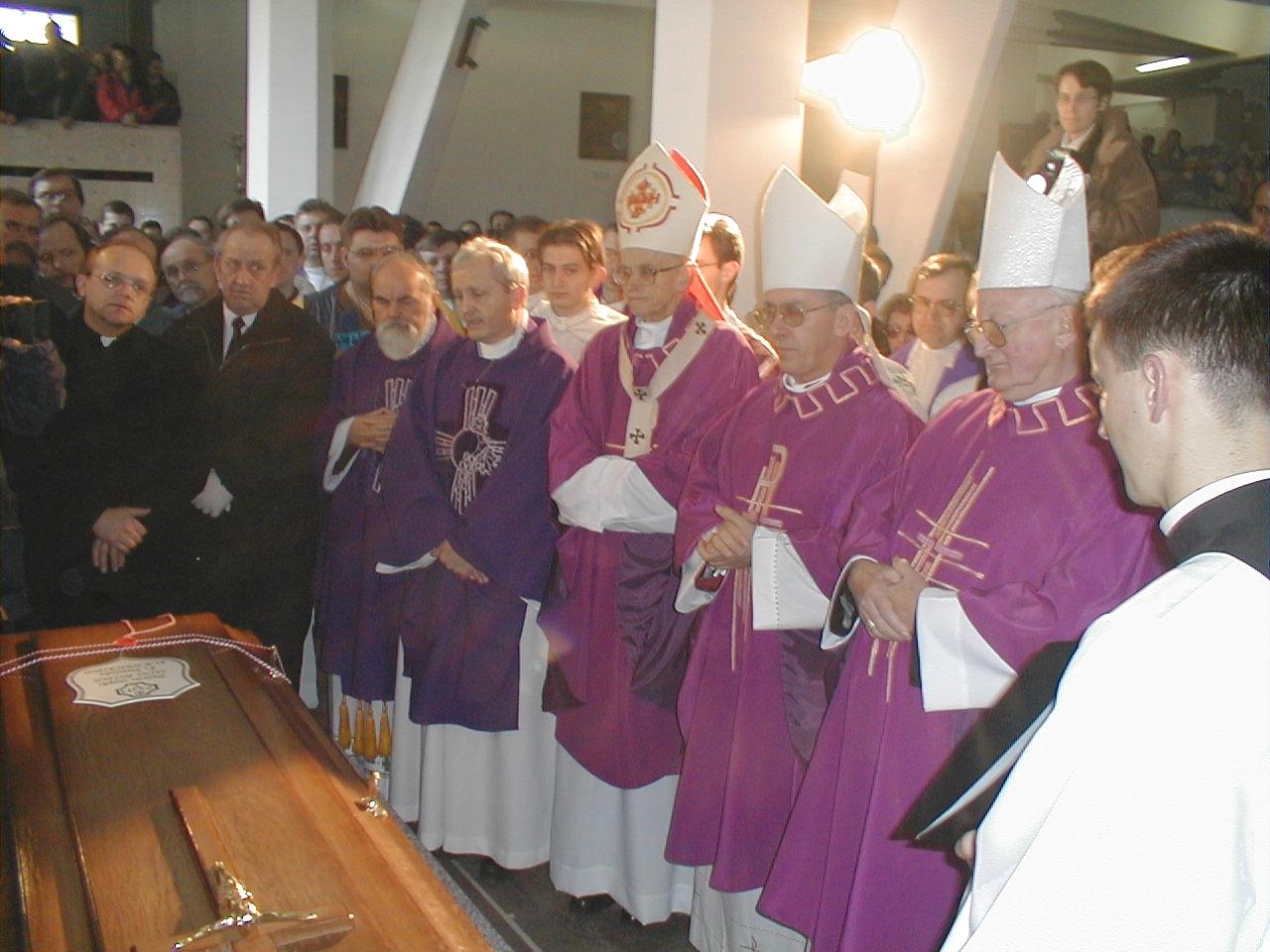 1 kwietnia 2000 r., Krościenko, Poświęcenie i okadzenie trumny i przeniesienie jej do dolnego kościoła. Na zdjęciu: kard. F. Macharski, bp J. Zimniak i bp W. Skworc