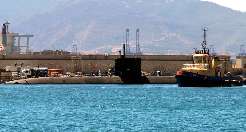 Atomowy okręt podwodny podczas postoju w gibraltarskim porcie.