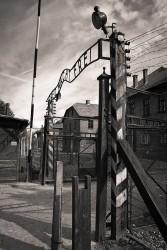 Auschwitz, brama główna z napisem Arbeit macht frei
