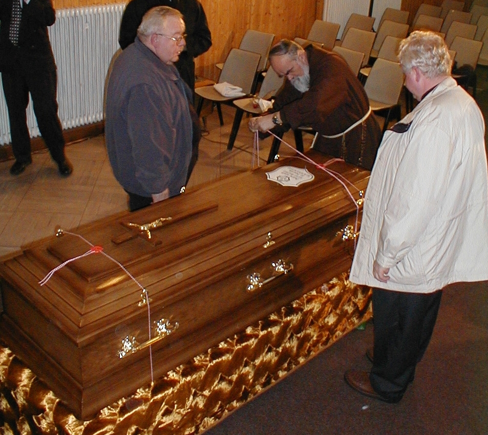 28 marca 2000 r., Ojciec Gabriel Bartoszewski OFMCap przygotowuje do nałożenia pieczęci kościelnych na trumnie z doczesnymi szczątkami Sługi Bożego