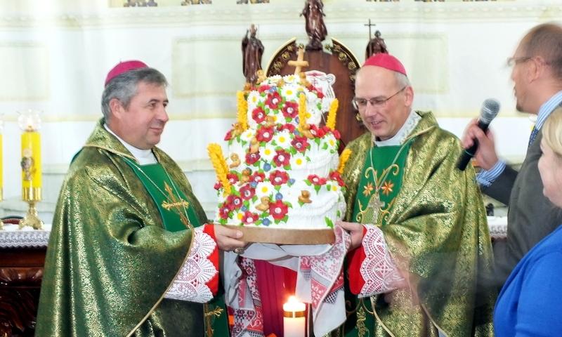 z lewej bp Piotr Malczuk, obok bp Radosław Zmitrowicz