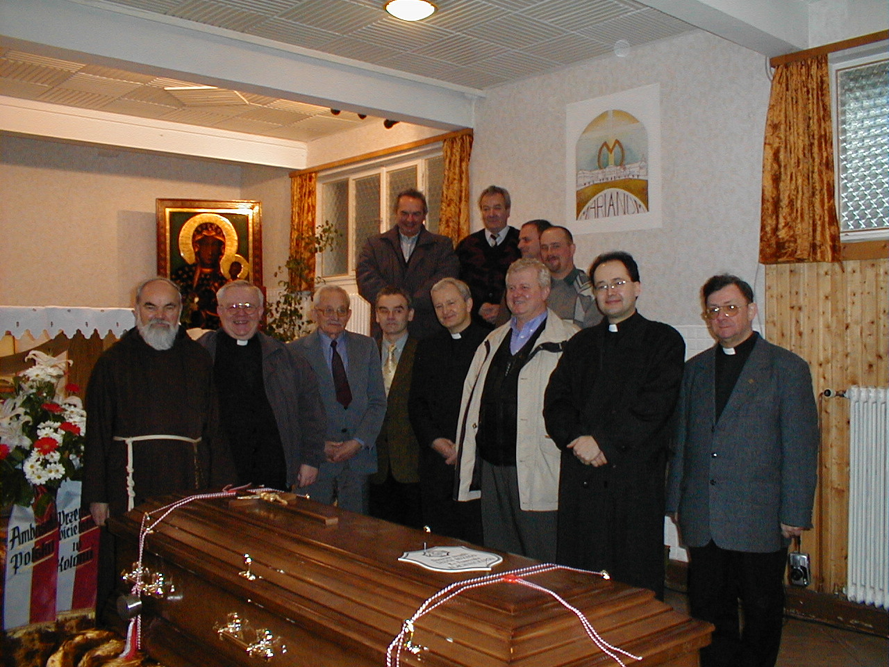 28 marca 2000 r., Komisja Kościelna przy trumnie z doczesnymi szczątkami Sługi Bożego Ks. Franciszka Blachnickiego na chwilę przed wyjazdem z Carlsbergu