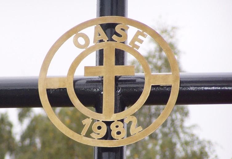 Krzyż Oazy. W roku 1981 odbyła się pierwsza ośmiodniowa oaza w Albernau. W 1982r. ten krzyż został postawiony na pobliskim wzgórzu. To publiczne świadectwo doprowadziło do konfliktów z komunistycznym rządem. Miejscowa ludność (i nie tylko) podjęła walkę w obronie krzyża, który pozostał i stoi do dziś.